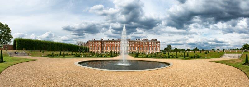 Παλάτι και πηγή του Hampton Court στους μυημένους κήπους στοκ εικόνες με δικαίωμα ελεύθερης χρήσης