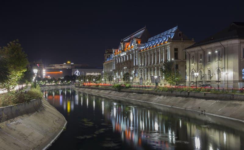 Παλάτι της δικαιοσύνης στο στο κέντρο της πόλης Βουκουρέστι τη νύχτα στοκ φωτογραφία