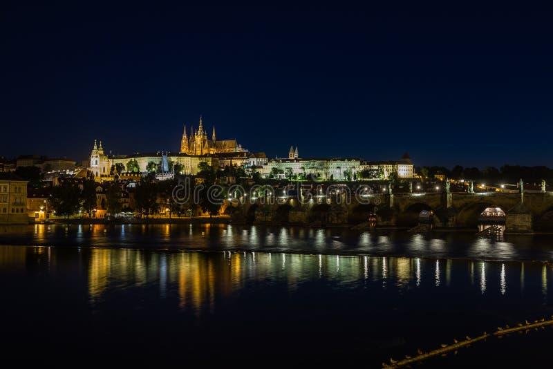 Παλάτι της Πράγας και καθεδρικός ναός του ST Vitus τη νύχτα. στοκ εικόνα