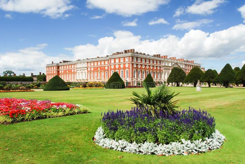 Παλάτι του Hampton Court μια ηλιόλουστη ημέρα στοκ εικόνες