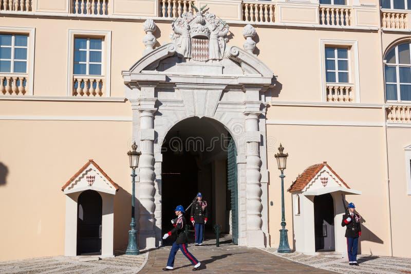 Παλάτι Prince's του Μονακό κατά τη διάρκεια της αλλαγής της φρουράς στοκ εικόνα