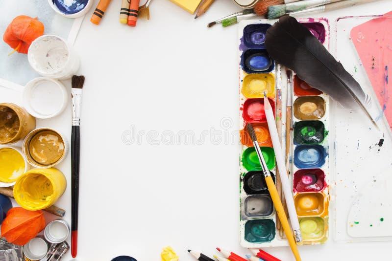Παλέτα χρωστικών ουσιών γκουας και watercolor στον άσπρο πίνακα στοκ εικόνες με δικαίωμα ελεύθερης χρήσης