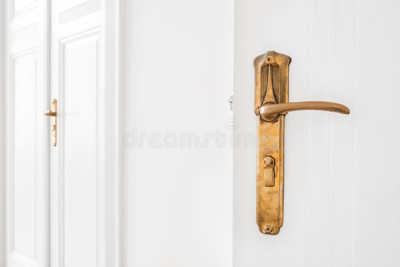 Παλαιά λαβή πορτών στην άσπρη πόρτα στοκ εικόνες