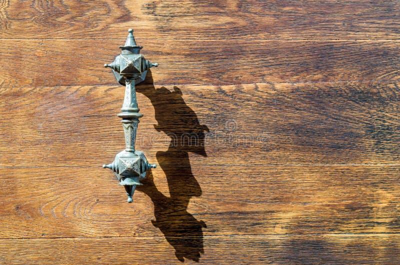 Παλαιά λαβή σιδήρου εκκλησίας της ξύλινης πύλης πορτών στοκ φωτογραφίες με δικαίωμα ελεύθερης χρήσης
