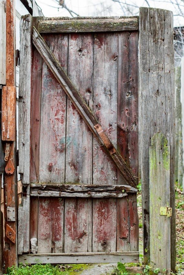 Παλαιά αγροτική πύλη με το shabby χρώμα στοκ φωτογραφίες
