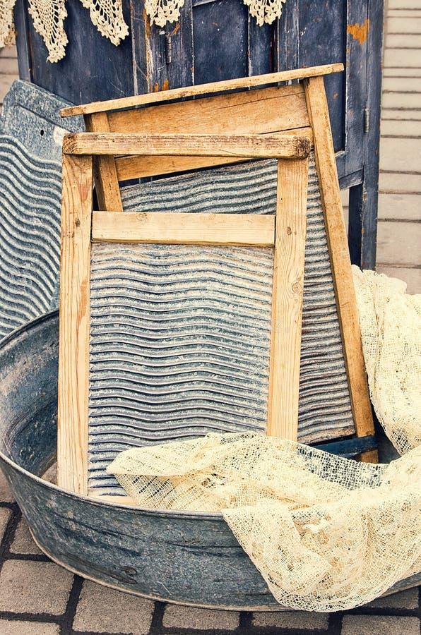 Παλαιά αναδρομική γούρνα λεκανών αντικειμένων παλαιά για την πλύση στοκ φωτογραφίες με δικαίωμα ελεύθερης χρήσης