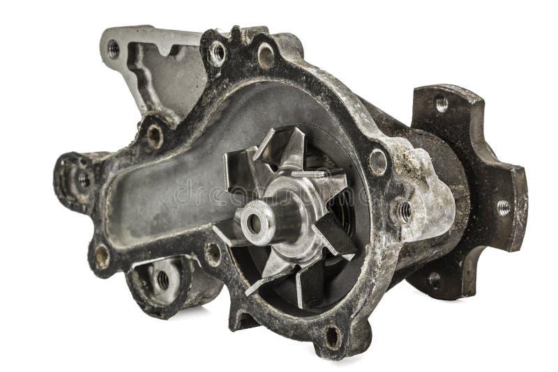 Παλαιά αντλία του αυτοκινήτου συστημάτων ψύξης μηχανών, που απομονώνεται στο λευκό στοκ φωτογραφία με δικαίωμα ελεύθερης χρήσης
