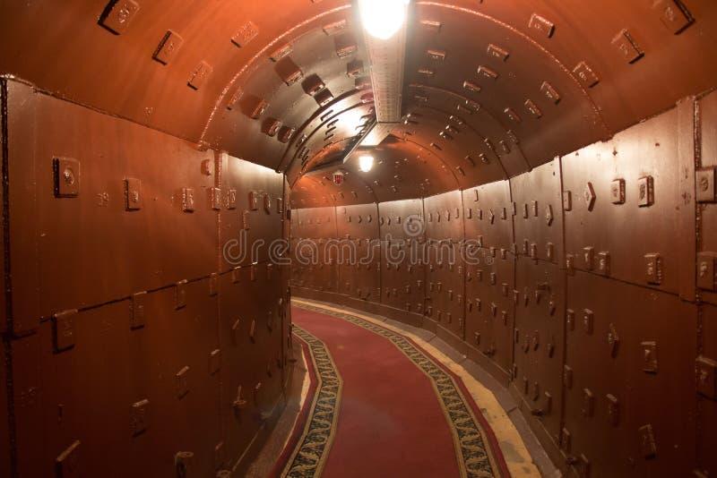 Παλαιά αποθήκη κατά τη διάρκεια του Ψυχρού Πολέμου Διάδρομος στο αντιπυρηνικό καταφύγιο βομβών στοκ εικόνες με δικαίωμα ελεύθερης χρήσης