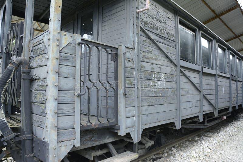 Παλαιά ατμομηχανές και βαγόνια εμπορευμάτων στοκ εικόνες