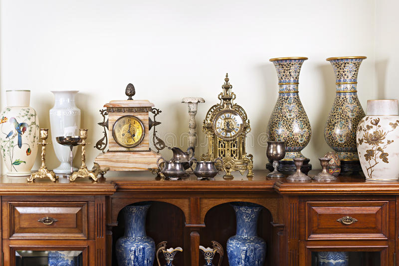 Παλαιά βάζα και ρολόγια στοκ εικόνες με δικαίωμα ελεύθερης χρήσης