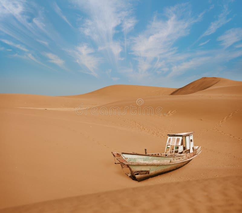 Παλαιά βάρκα μεταξύ των αμμόλοφων άμμου στην έρημο στοκ φωτογραφία με δικαίωμα ελεύθερης χρήσης
