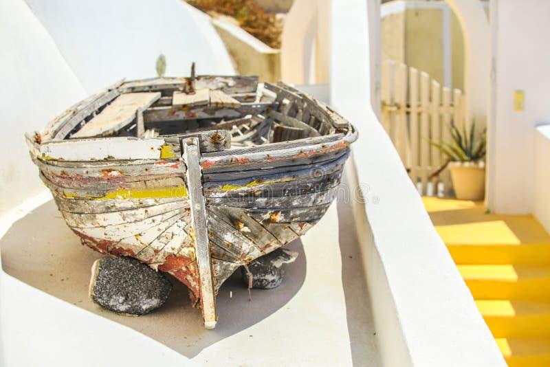 Παλαιά βάρκα στη στέγη του σπιτιού και ζωηρόχρωμης παλαιάς στοκ φωτογραφίες
