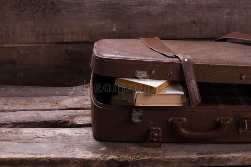 Παλαιά βαλίτσα δέρματος με τα βιβλία στοκ εικόνα με δικαίωμα ελεύθερης χρήσης