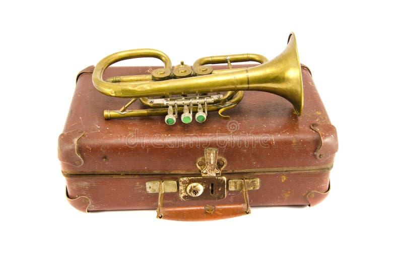 Παλαιά βαλίτσα και εκλεκτής ποιότητας μουσικό όργανο ορείχαλκου στοκ εικόνες