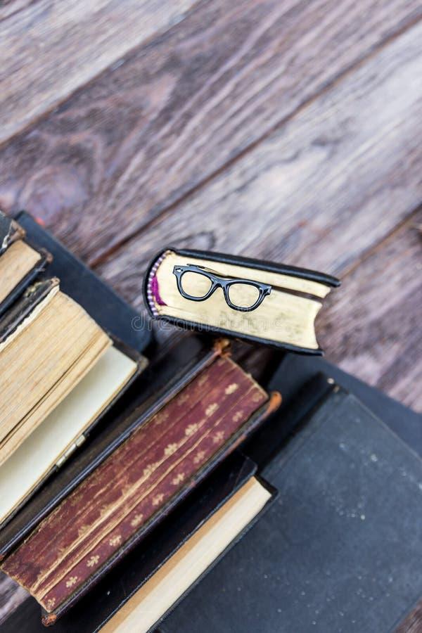 Παλαιά βιβλία και γυαλιά σελιδοδεικτών στοκ εικόνες με δικαίωμα ελεύθερης χρήσης