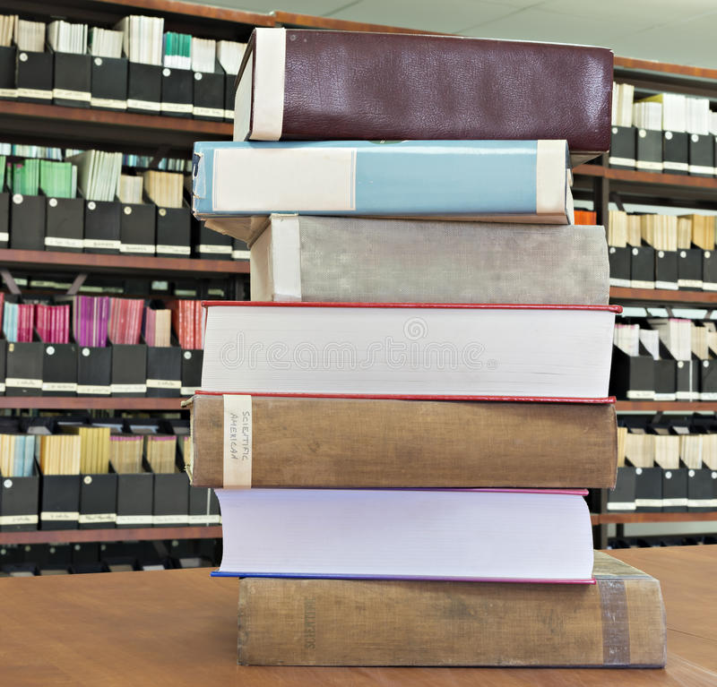 Παλαιά βιβλία και περιοδικά σε μια βιβλιοθήκη στοκ φωτογραφία με δικαίωμα ελεύθερης χρήσης