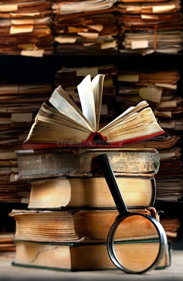 Παλαιά βιβλία με την ενίσχυση - γυαλί στοκ εικόνα με δικαίωμα ελεύθερης χρήσης