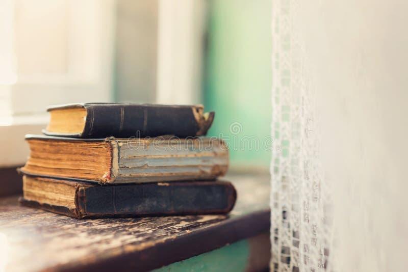 Παλαιά βιβλία στο windowsill στοκ εικόνα με δικαίωμα ελεύθερης χρήσης