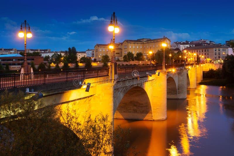 Παλαιά γέφυρα πέρα από τον ποταμό Έβρου στη νύχτα Logrono, Ισπανία στοκ εικόνες