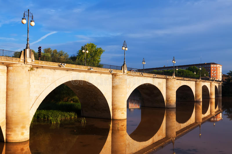 Παλαιά γέφυρα πετρών σε Logrono rioja Ισπανία Λα στοκ φωτογραφία