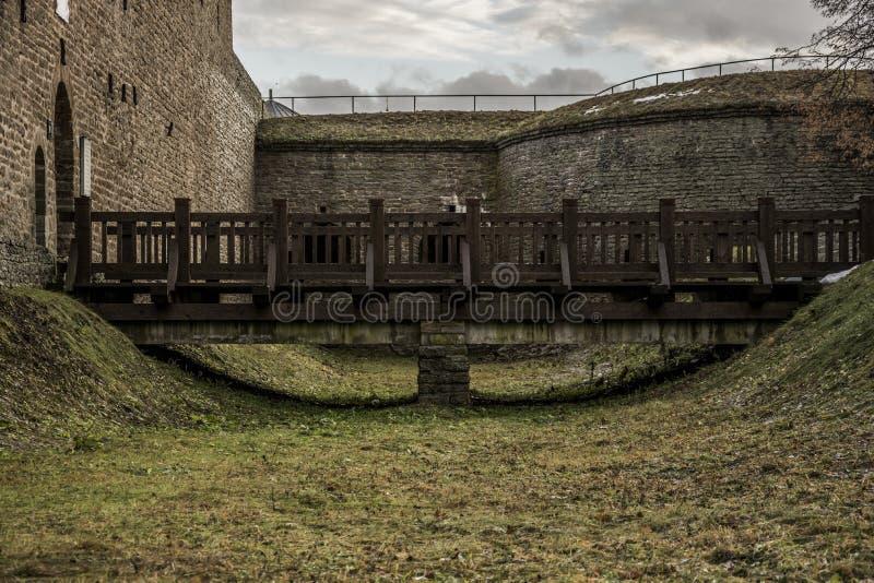 Παλαιά γέφυρα που οδηγεί στην είσοδο κάστρων στοκ εικόνες