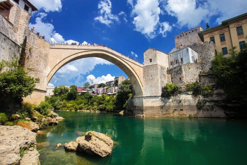 Παλαιά γέφυρα στο Μοστάρ με το σμαραγδένιο ποταμό Neretva η χορήγηση του συνδετήρα της Βοσνίας περιοχών περιοχής που χρωματίστηκε στοκ εικόνες