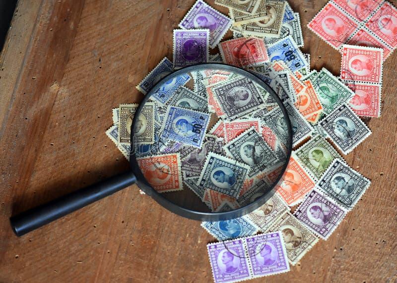 Παλαιά γραμματόσημα και ενίσχυση - γυαλί στοκ φωτογραφία