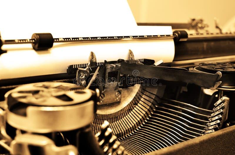 Παλαιά γραφομηχανή με το έγγραφο για την επικοινωνία στοκ φωτογραφία με δικαίωμα ελεύθερης χρήσης