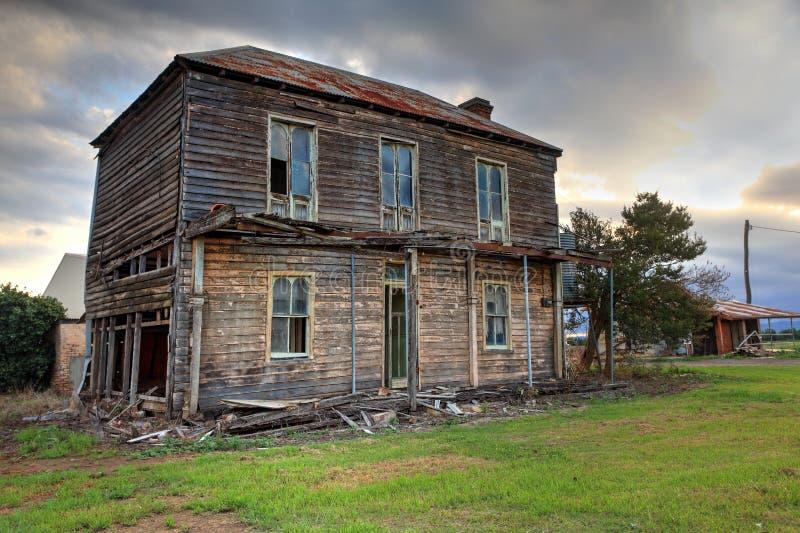 Παλαιά εγκαταλειμμένη διώροφη ξύλινη αγροικία στοκ εικόνες