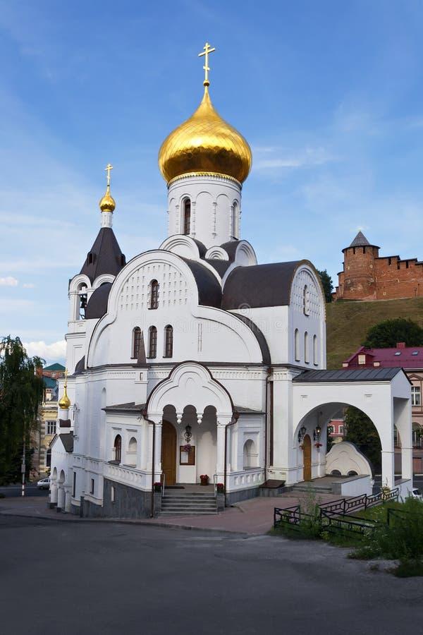 Παλαιά εκκλησία ανάμεσα στους πύργους του Κρεμλίνου σε Nizhny Novgorod στοκ εικόνες με δικαίωμα ελεύθερης χρήσης