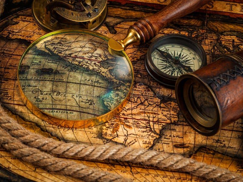 Παλαιά εκλεκτής ποιότητας όργανα πυξίδων και ναυσιπλοΐας στον αρχαίο χάρτη στοκ εικόνα