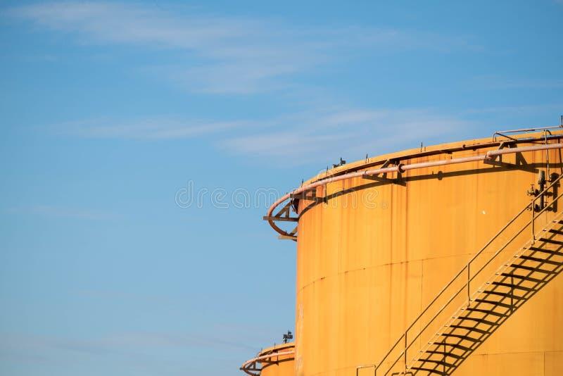 Παλαιά δεξαμενή αποθήκευσης μαζούτ στις εγκαταστάσεις παραγωγής ενέργειας στοκ φωτογραφία με δικαίωμα ελεύθερης χρήσης