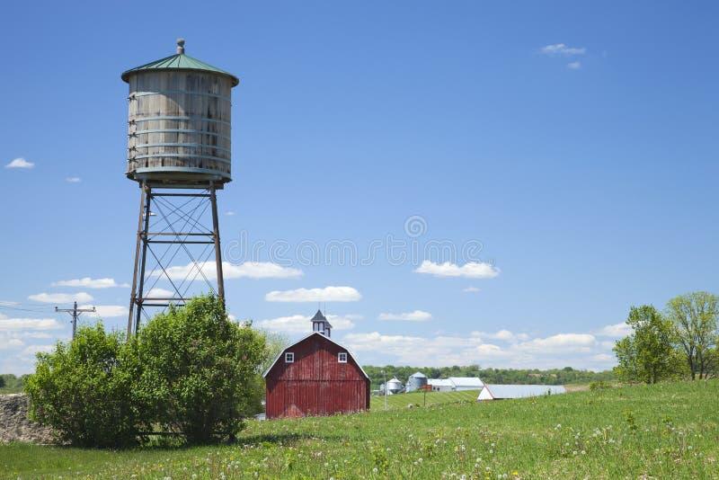 Παλαιά δεξαμενή νερού και κόκκινη σιταποθήκη στην αγροτική Αϊόβα στοκ εικόνες με δικαίωμα ελεύθερης χρήσης