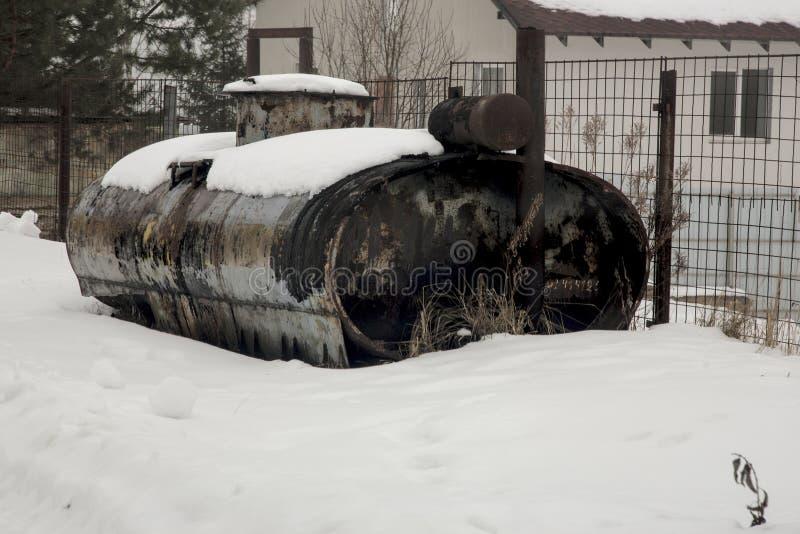 Παλαιά δεξαμενή στο χιόνι στοκ εικόνα με δικαίωμα ελεύθερης χρήσης