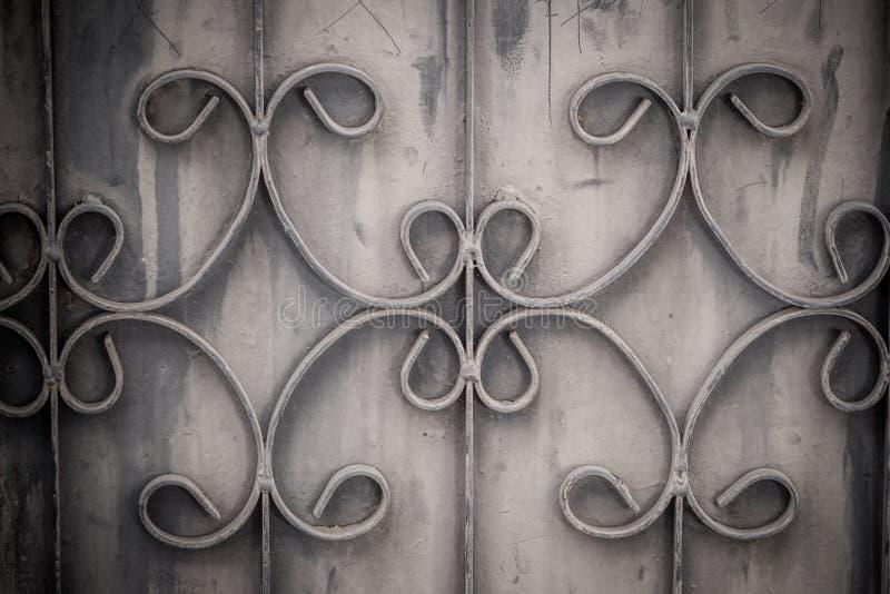 Παλαιά επεξεργασμένα σιδερόβεργα στην πύλη με το grunge και το σκουριασμένο χάλυβα β στοκ εικόνες