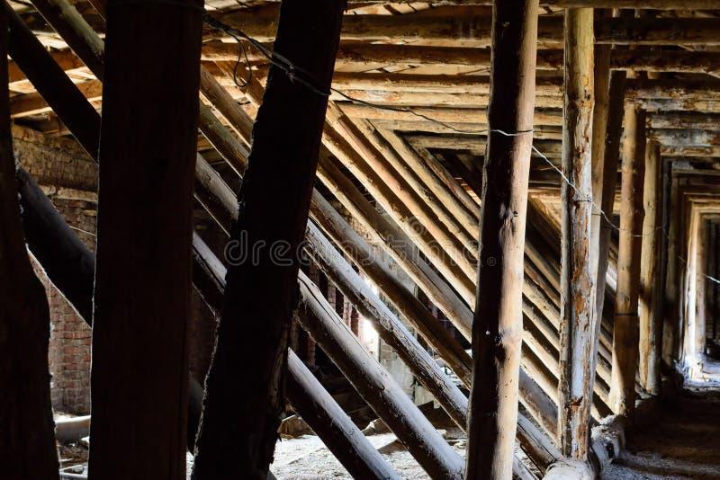 Παλαιά εφοδιασμένη με ξύλα σοφίτα στοκ εικόνα