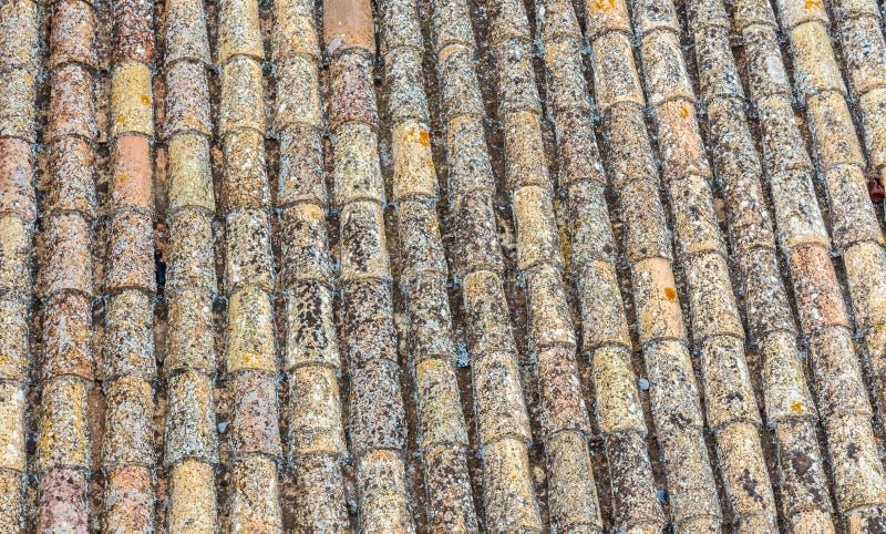 Παλαιά ισπανικά κεραμίδια στεγών Μπεζ και κίτρινη σύσταση στοκ εικόνα
