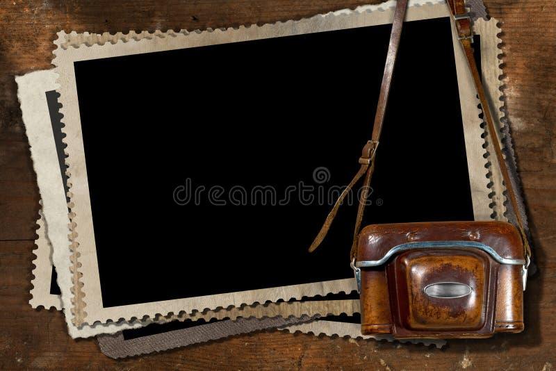 Παλαιά κάμερα και κενά πλαίσια φωτογραφιών ελεύθερη απεικόνιση δικαιώματος