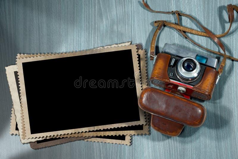 Παλαιά κάμερα και κενά πλαίσια φωτογραφιών απεικόνιση αποθεμάτων