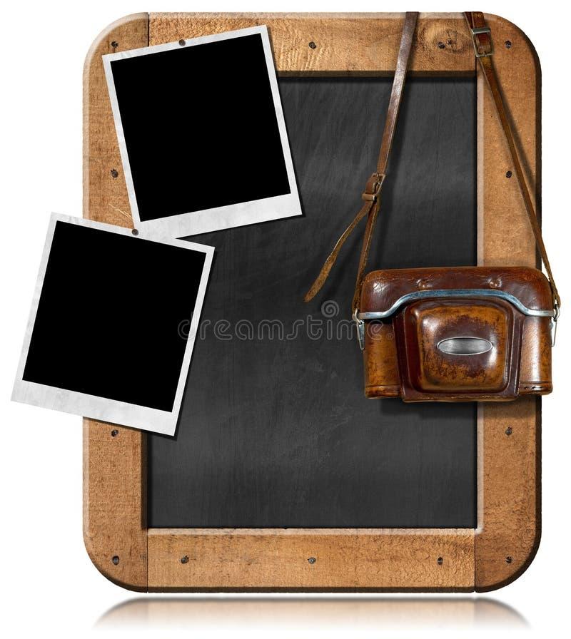 Παλαιά κάμερα με τον πίνακα και τις κενές φωτογραφίες απεικόνιση αποθεμάτων