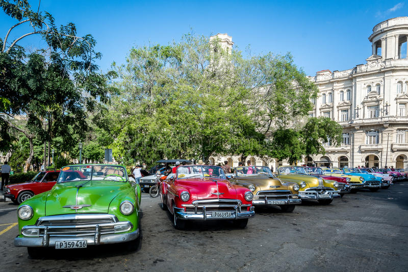 Παλαιά και ζωηρόχρωμα αυτοκίνητα στην Αβάνα στοκ φωτογραφία με δικαίωμα ελεύθερης χρήσης