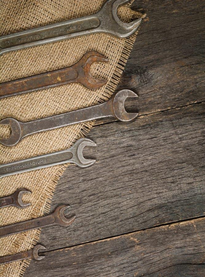 παλαιά και σκουριασμένα κλειδιά σε ένα υπόβαθρο ενός ξύλινων πίνακα και μιας απόλυσης στοκ φωτογραφίες με δικαίωμα ελεύθερης χρήσης