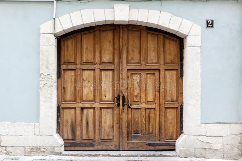 Παλαιά καφετιά ξύλινη πόρτα στοκ φωτογραφία