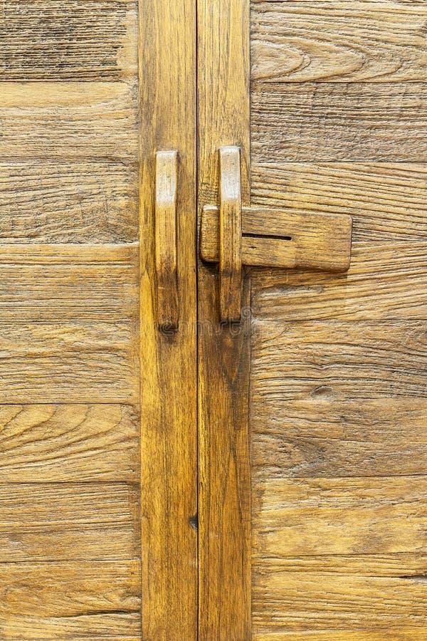 Παλαιά καφετιά ξύλινη πόρτα στοκ εικόνες με δικαίωμα ελεύθερης χρήσης