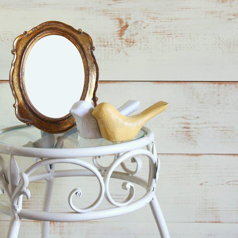 Παλαιά κενά εκλεκτής ποιότητας πλαίσιο ύφους και ζεύγος των ξύλινων πουλιών ντεκόρ στον εκλεκτής ποιότητας πίνακα πρότυπο, έτοιμο στοκ εικόνες
