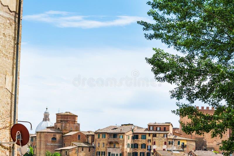 Παλαιά κτήρια στη Σιένα κάτω από έναν μπλε ουρανό με τα σύννεφα στοκ φωτογραφία με δικαίωμα ελεύθερης χρήσης