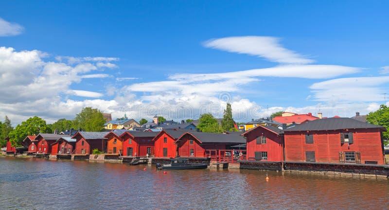 Παλαιά κόκκινα σπίτια στην ακτή ποταμών σε Porvoo στοκ φωτογραφία με δικαίωμα ελεύθερης χρήσης