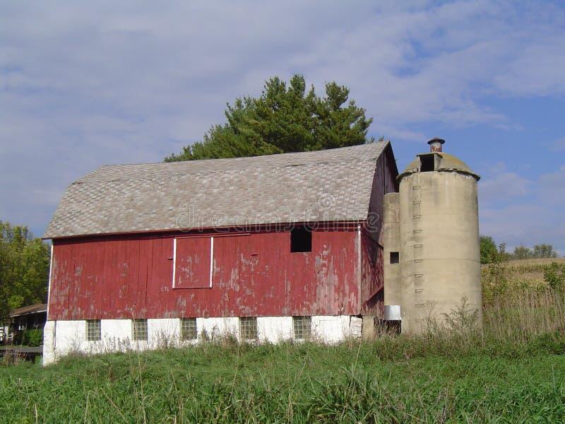Παλαιά κόκκινη γαλακτοκομική σιταποθήκη με το σιλό στοκ φωτογραφίες με δικαίωμα ελεύθερης χρήσης