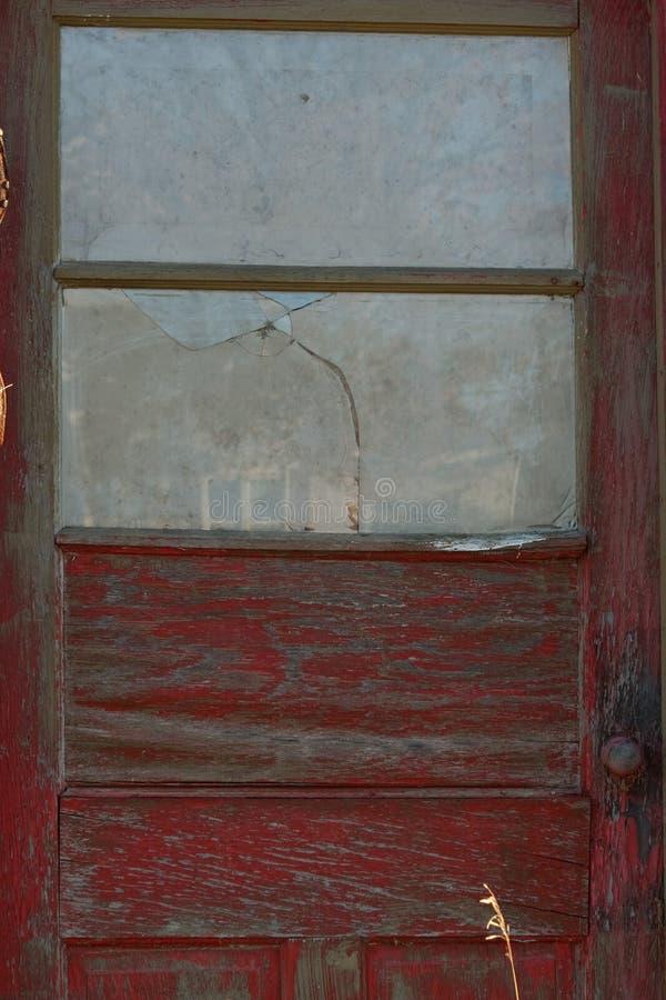 Παλαιά κόκκινη πόρτα στο εγκαταλειμμένο κτήριο στοκ εικόνες