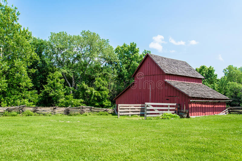 Παλαιά κόκκινη σιταποθήκη σε ένα αγρόκτημα στοκ φωτογραφία με δικαίωμα ελεύθερης χρήσης